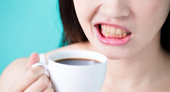 Aliments et boissons à l'origine des dents jaunes et mesures à prendre